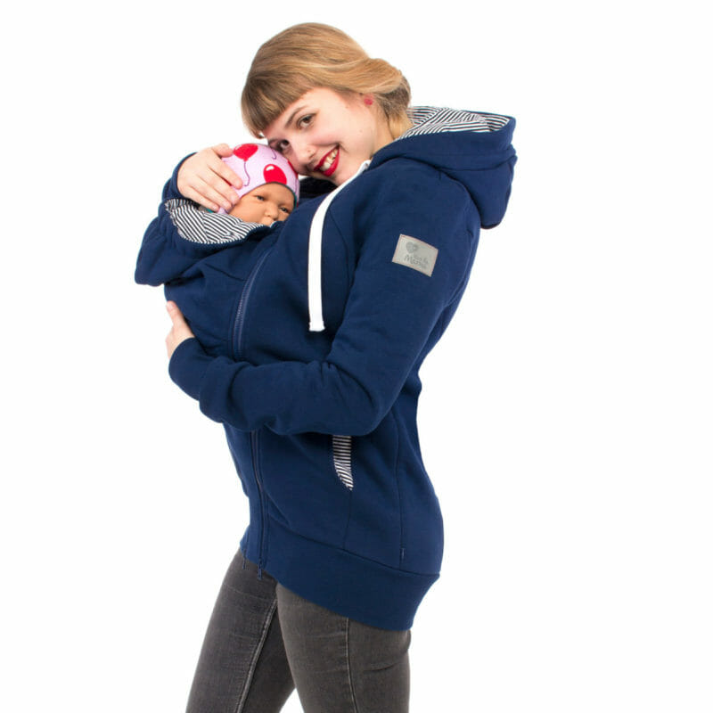 This 3in1 baby carrier sweatshirt jacket in navy is very comfortable to wear. Hidden zippers on both sides give you extra room during your pregnancy. For babywearing use the easy to zip-in insert and enjoy being close to your baby. Long cut, chin protection and adjustable hoods are special features. Lining in hoods are blue-white stripes. A jacket you'll love all year round.