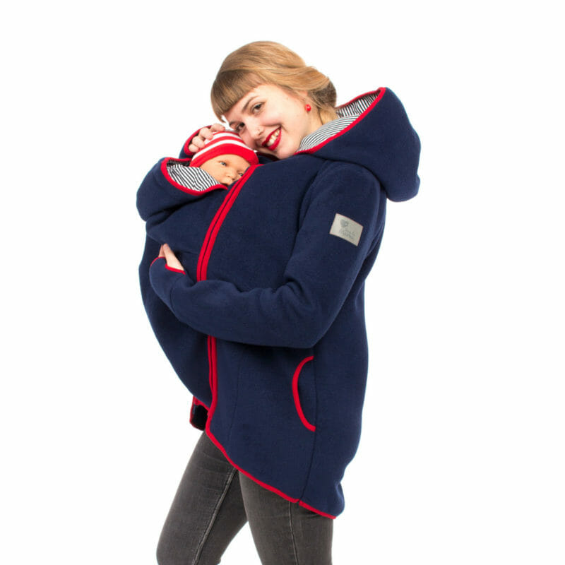 This cosy 3in1 babywearing fleece jacket in navy is ideal to wear from spring to fall. It's also a perfect pregnancy hoodie to keep you warm on cooler days. Edgings in red are a super contrast and go well with the fleece in navy blue. Comes with an easy to zip-in insert for babywearing. Without insert you have a comfortable casual jacket for your outdoor activities. Stylish, warm and practical.
