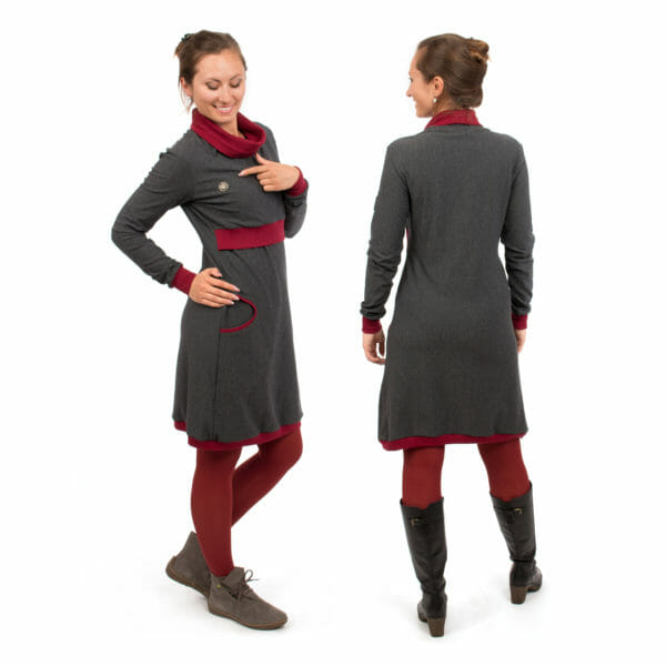 Maternity sweater dress and nursing dress NEELE in anthracite bordeaux - model on left hand side points to Viva la Mama heart logo and model on right hand side shows dress from back