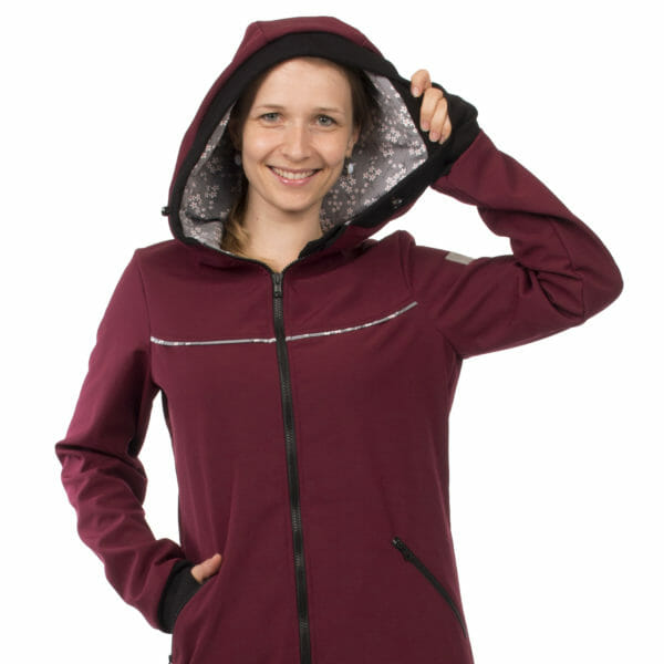 4in1 babywearing coat softshell AVENTURIS in bordeaux - model wears coat with hood up - close up