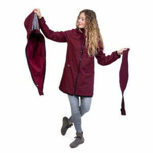 Softshell maternity and babywearing coat MELLORY in bordeaux - model wears coat and shows babywearing insert on the left and pregnancy insert on the right